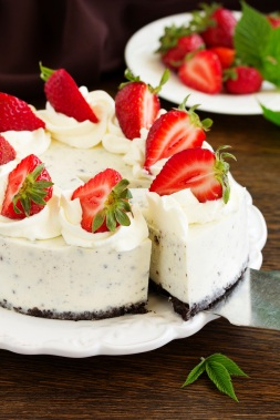 Creamy cheesecake with chocolate Oreo biscuits and strawberries.